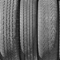 El vistazo para comprobar que los neumáticos del coche de segunda mano que quieres comprar están bien