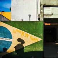 'Maximum Shadow. Minimal Light', un libro para descubrir a Gustavo Minas, uno de los mejores street photographers de Brasil