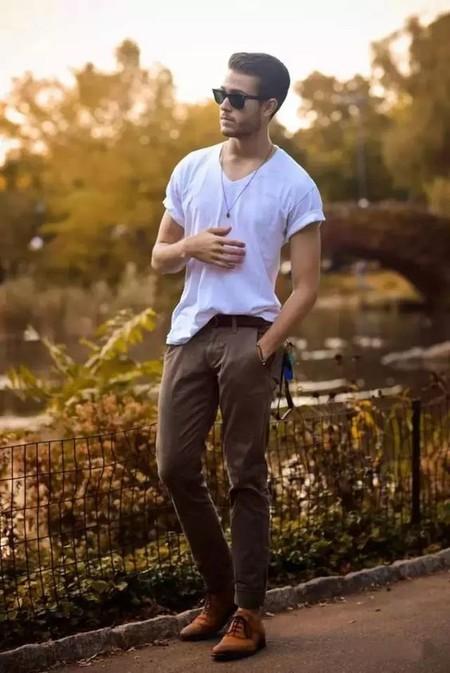 El Mejor Street Style De La Semana La Camiseta Blanca Se Impone Al Look Mas Formal Para El Verano 12