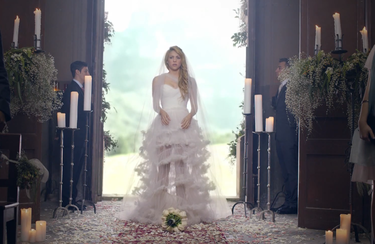 Shakira, una novia a la fuga y en llamas en su nuevo videoclip 'Empire'
