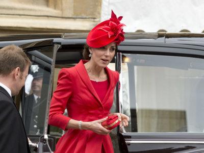 Kate Middleton se vistió de rojo haciendo un guiño a la famosa liga de la condesa de Salisbury para asistir al servicio religioso en honor de la Orden de la Jarretera