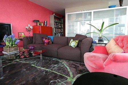 Un salón en rosa y gris.