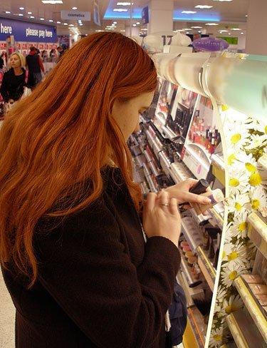 El reto de encontrar una dependienta profesional en la perfumería