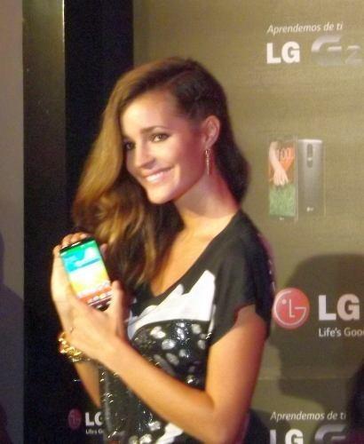 Malena Costa con el nuevo smartphone LG G2