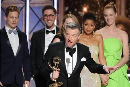 Charlie Brooker agradeciendo el Emmy
