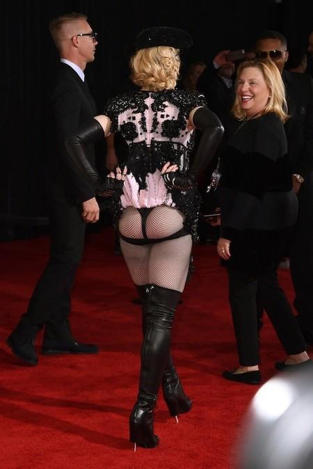 Madonna por detrás