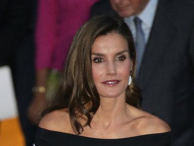 Doña Letizia Ortiz se despide del verano con un vestido de escote Bardot que muchas van a desear