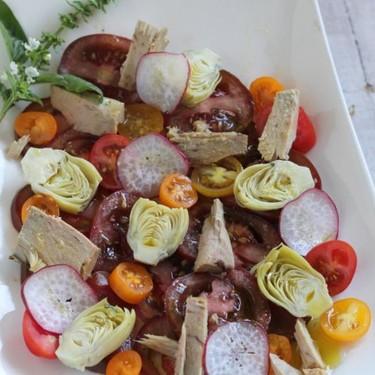 Ensalada de kumato, cherrys, corazones de alcachofas y atún en escabeche, la receta ligera perfecta para cenar