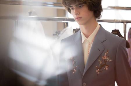 Gucci presenta colección masculina entre flores, moños y encaje en Milán