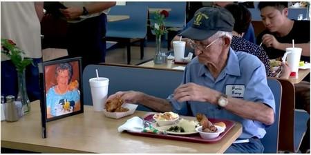 Hay historias de amor que nos dejan sin palabras: tras 63 años juntos este viudo siempre a sale a comer con la foto de su mujer