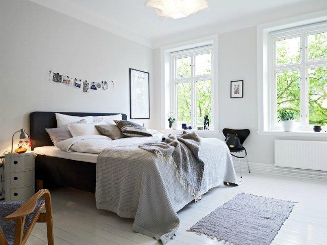 Un dormitorio en azul y blanco, vista general