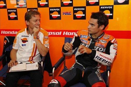 Dani Pedrosa hablando con sus mecánicos