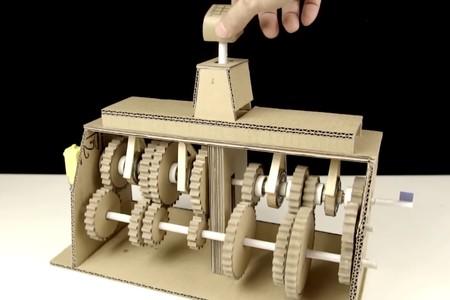 Alguien con cartón, habilidad y mucha paciencia ha hecho una caja de cambios de siete marchas (y otras máquinas alucinantes)