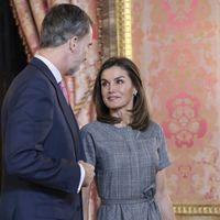 El vestido de menos de 100 euros con el que la Reina Letizia luce impecable