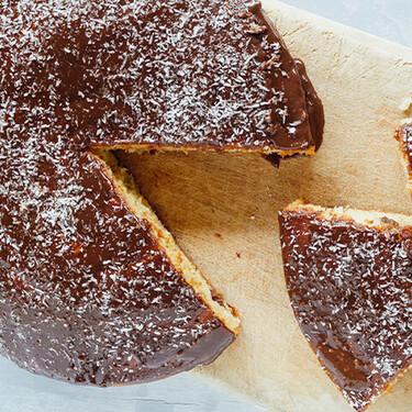 Pastel con uvas pasas al ron y chocolate. Receta fácil