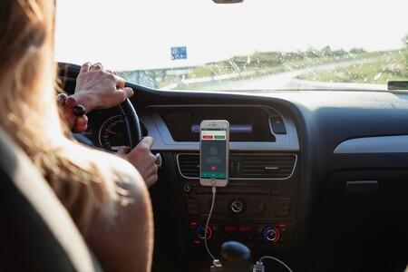 Guerra al móvil en el coche: con la nueva Ley de Tráfico la DGT restará seis puntos