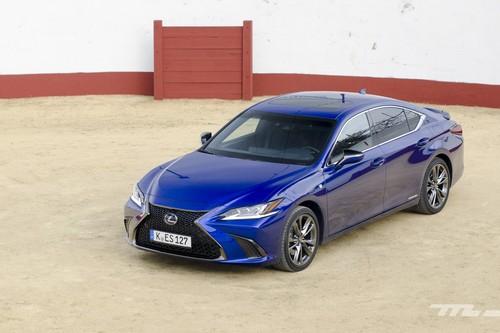 Probamos los Lexus ES 300h y RC 300h: dos coches híbridos de lujo y sofisticados, pero poco emocionantes