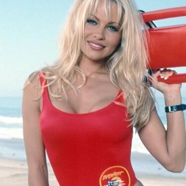 Los pechos no crecen por vacunarte: el bulo de TikTok que prometía convertirnos en Pamela Anderson
