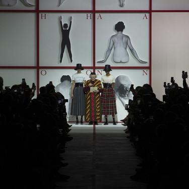 Las nuevas camisetas feministas de Dior y el neón y el gorro de red de Kaia Gerber en Saint Laurent: lo mejor del segundo día de PFW