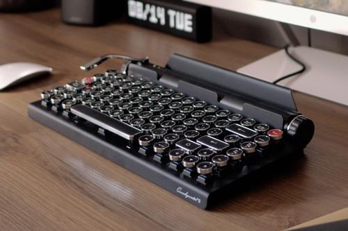 El teclado mecánico que quería ser máquina de escribir: probamos el estiloso (y caro) Qwerkywriter S