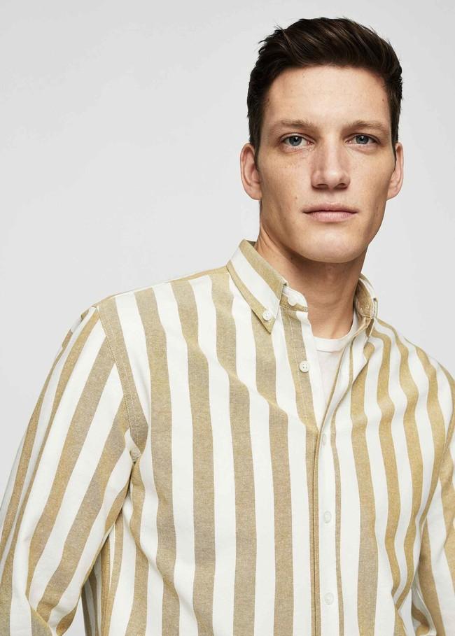 Estas camisas de Mango le agregan un guiño setentero a tu look justo a tiempo para el verano