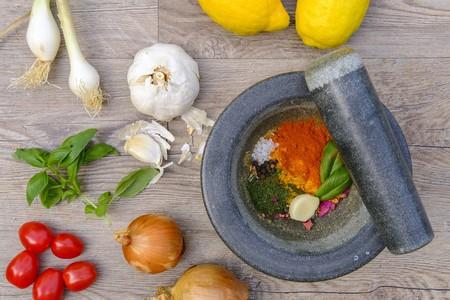 En defensa del mortero, un ancestral utensilio de cocina que sigue siendo imprescindible (y nueve recetas para sacarle partido)