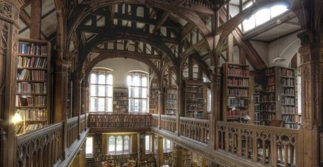 Esta biblioteca-hotel se puede convertir en el paraíso vacacional de los amantes de los libros (y la tenemos a tiro de piedra)
