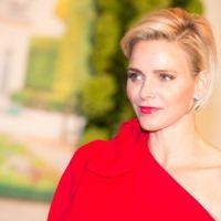 Charlene de Mónaco deslumbra con un Valentino en el Baile de la Cruz Roja