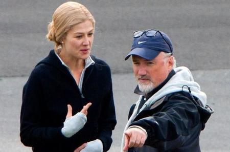 Rosamund Pike y David Fincher durante el rodaje de Perdida (Gone Girl)
