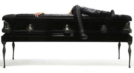 Un sofá ataúd: descansa en paz