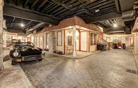 Casa con barrio y coches en el sótano