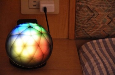 Un soporte para el iPhone que decora con luz y color