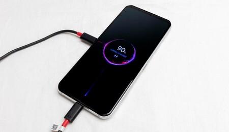 Cómo hacer que el móvil te avise por voz cuando esté cargado, tanto en Android como en iPhone
