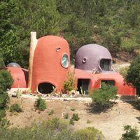 Una señora ha convertido su casa en la de Los Picapiedra. Sus millonarios vecinos no lo llevan nada bien