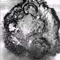 Un globo explotando debajo del agua a velocidad super-super-lenta