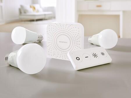 """Hazte con el nuevo set de iluminación """"inteligente"""" de Lidl con tres bombillas, hub y mando a distancia por 40 euros"""