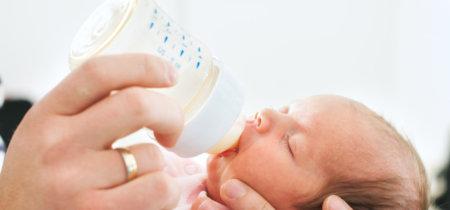 ¿Cómo reducir los biberones de leche artificial que toma el bebé porque la lactancia no empezó bien?