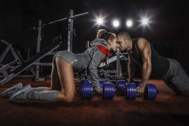 Para entrenar sin descuidar tu pareja, apúntate al ejercicio de a dos