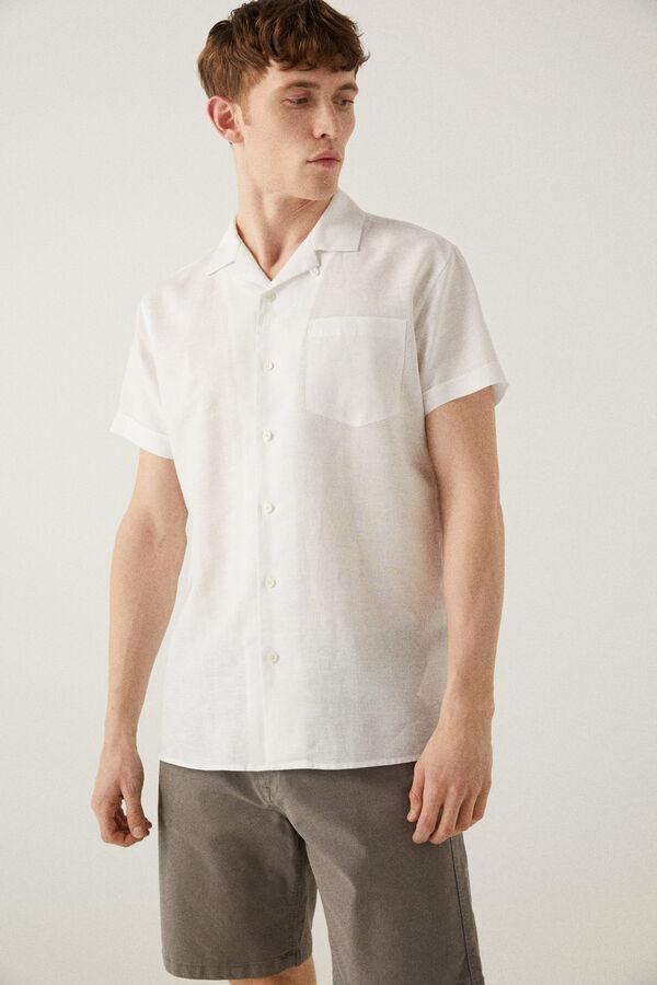 Camisa de manga corta, regular fit, en tejido de lino/algodón. Cuello tipo bowling. Un bolsillo en pecho.