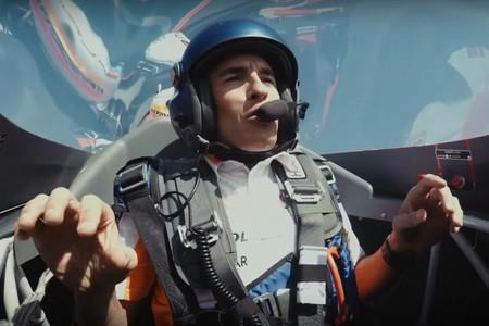 Marc Márquez se divierte a 400 km/h en un avión haciendo loopings y toneles, y sin vomitar