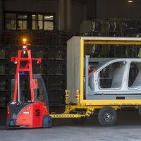 Así son los robots eléctricos y autónomos de SEAT Martorell que han jubilado a los camiones para el transporte de piezas
