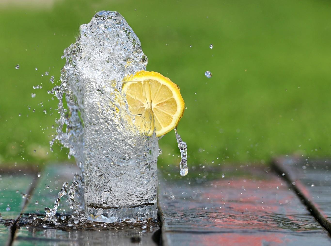 como preparar agua de limón para bajar de peso