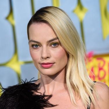 Margot Robbie nos da una lección de cómo lucir unas sombras de ojos doradas cargadas de glitter (más allá de las navidades)