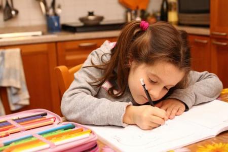 Los deberes alimentan la desigualdad escolar, según la OCDE