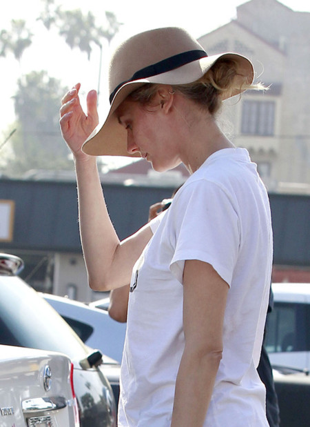 ¿Sombreros de ala ancha para el día a día? Las famosas se camuflan tras ellos