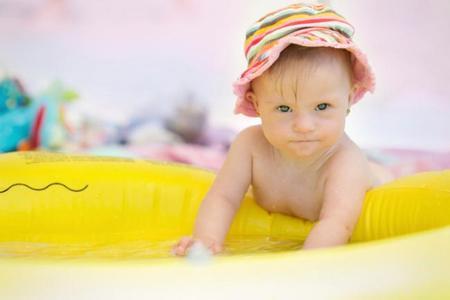 Cu ndo ba ar al beb por primera vez en la piscina o en for Dermatitis atopica piscina cloro