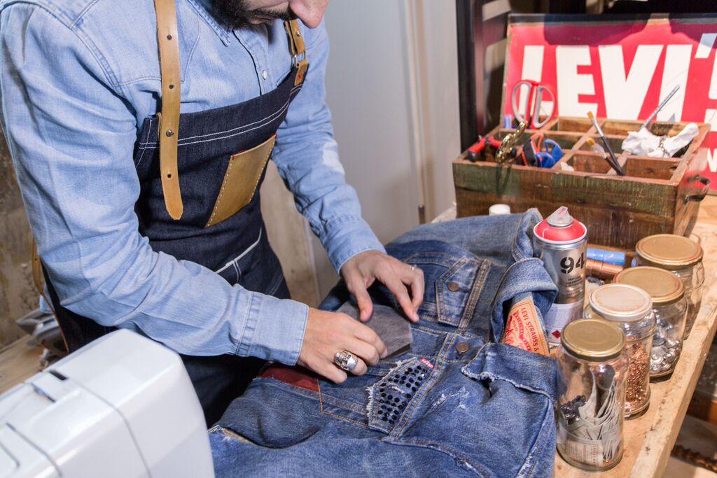 Hombre meando en tus jeans