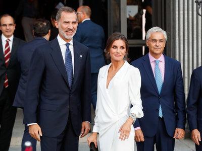 Doña Letizia apuesta por un estiloso look en color blanco en la apertura de la nueva temporada del Teatro Real