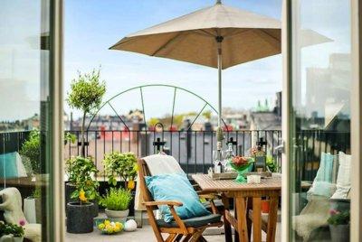 Sillas acapulco, madera natural, textiles de colores y otras claves para la terraza este verano