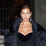 Solo Irina Shayk puede conseguir que este vestido de noche quede bien con un abrigo puffy y mocasines